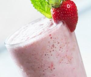 коктейль ванильно-молочный с клубникой